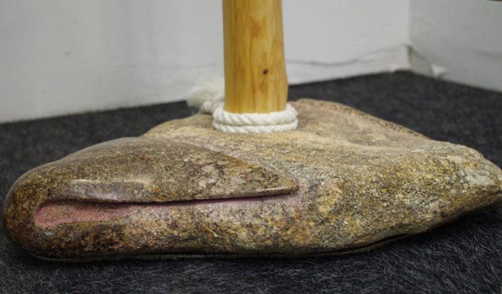 Perchero de madera de enebro y piedra de granito