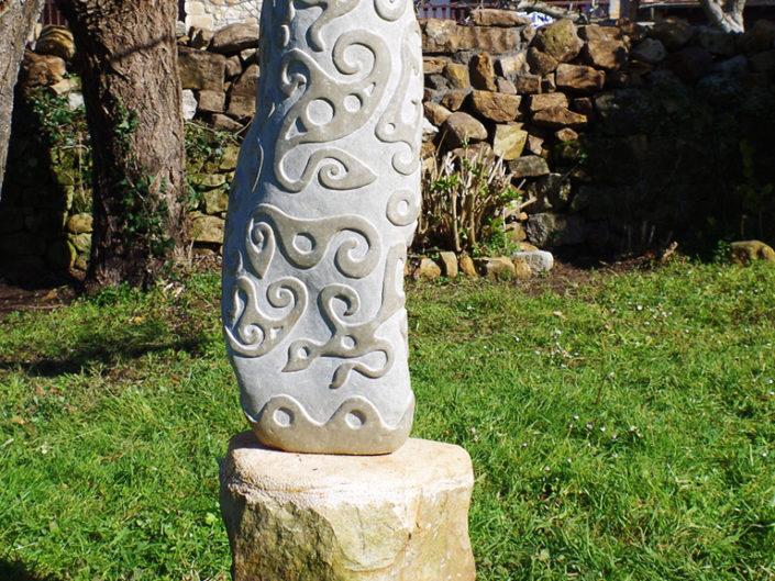 Piedra tallada con diseño creativo para jardín - Monolito