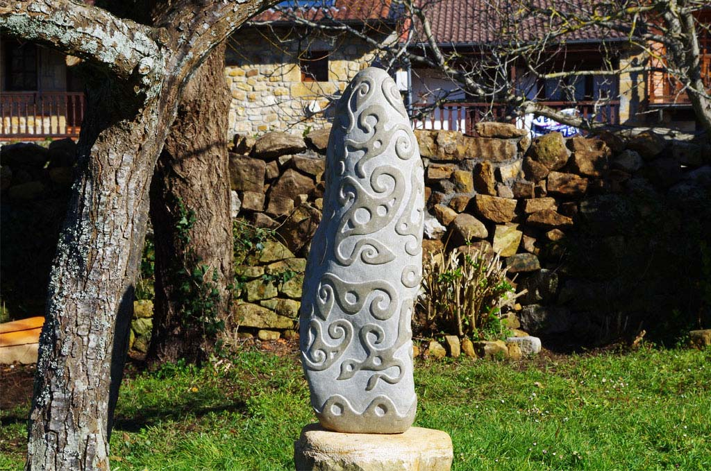 Monolith carved stone for garden Tobías Stone