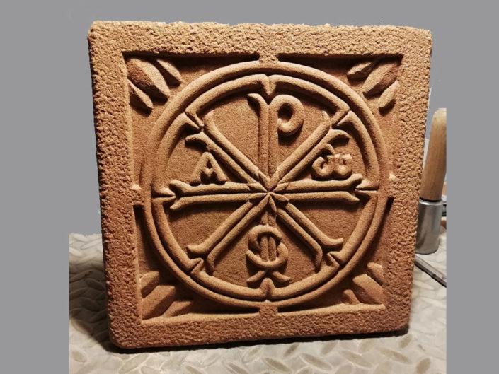 Crismón tallado en piedra